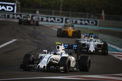 Valtteri Bottas, Williams FW38, devant Felipe Massa, Williams FW38