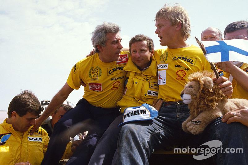 Los ganadores #205 Peugeot: Ari Vatanen, Bernard Giroux con el jefe del equipo Jean Todt