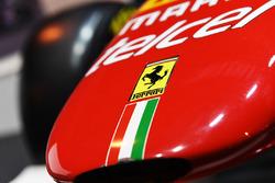 Logo de Ferrari en un F1 Racing de exhibición