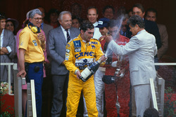 Podium: race winner Ayrton Senna, Team Lotus with Lotus boss Peter Warr, who collected the constructors trophy