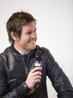 Rob Smedley, hoofd van Vehicle Performance, Williams Martini Racing, wordt geïnterviewd op het podium van Autosport