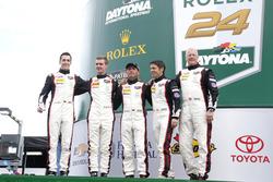 №59 Manthey Racing Porsche 911 GT3 R: Свен Мюллер, Райнхольд Ренгер, Хари Прочик, Стив Смит, Маттео Кайроли