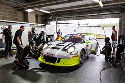 #911 Walkinshaw GT3, Porsche 911 GT3 R: Earl Bamber, Kevin Estre, Laurens Vanthoor, getting repaired