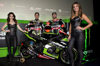 Jonathan Rea, Kawasaki Racing, und Tom Sykes, Kawasaki Racing, mit den Monster-Girls