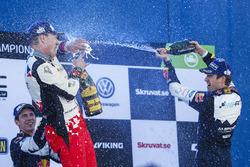 Podium : le vainqueur Jari-Matti Latvala, Toyota Racing et le troisième, Sébastien Ogier, M-Sport