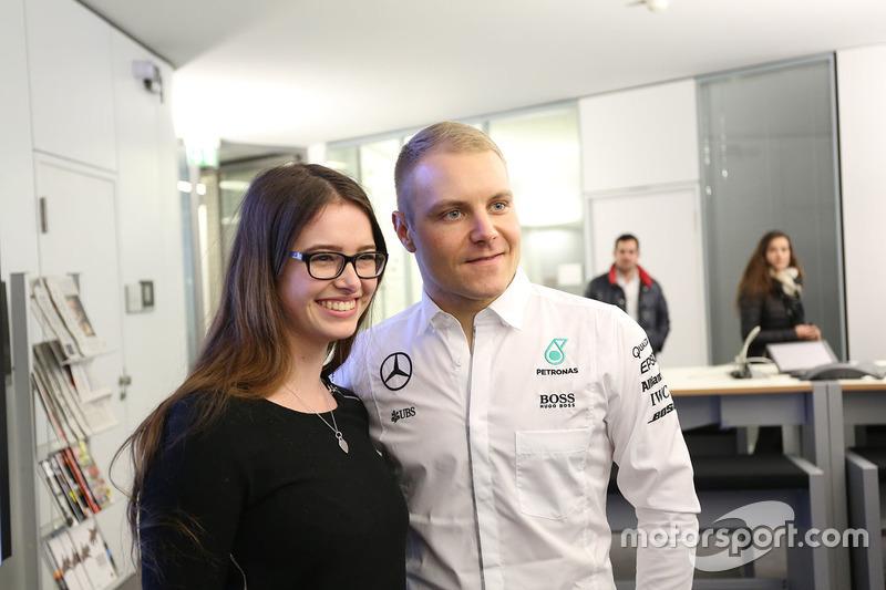 Valtteri Bottas, Mercedes AMG F1, mit einer Mercedes-Mitarbeiterin