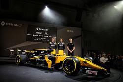 Nico Hulkenberg, Renault Sport F1 Team; Jolyon Palmer, Renault Sport F1 Team; Serguei Sirotkin, Renault Sport F1 Team tercer conductor; con el Renault Sport F1 Team RS17