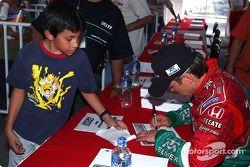 Adrián Fernández firma autógrafos