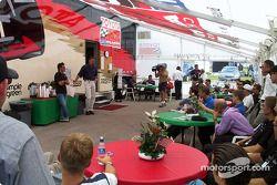 Alex Tagliani et Chris Kneifel, CART Steward, donnent des conseils aux pilotes Toyota Atlantics avant la première course ovale de la saison au Milwaukee Mile