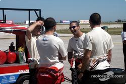 Le pilote malaisien Mohamed Fairuz Mohamed Fauzy viste la Team Sauber: Nick Heidfeld, Fairuz et Feli