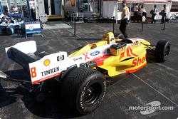 Un membre de Ganassi Racing prépare les pneus