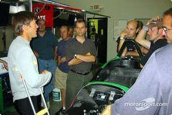 Adrián Fernández visita a los chicos de la tienda