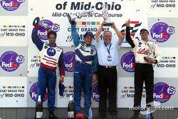 Le podium: gagnant de la course Patrick Carpentier avecle propriétaire de l'équipe Gerry Forsythe, M