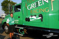Pete Wrzesinski en dehors du transporteur de l'équipe KOOL Green qu'il conduira pendant 4,600 miles à 4 évènements CART FedEx Series en 4 semaines