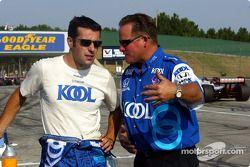 Dario Franchitti parlant avec George Klotz son mécanicien en chef avant la course