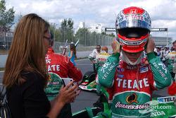 Adrián Fernández listo para la carrera
