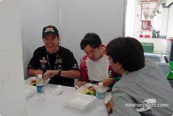 Adrián Fernández y Luis Díaz toman un almuerzo