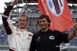 Alex Zanardi überreicht Sebastien Bourdais die Flagge für die Pole-Position