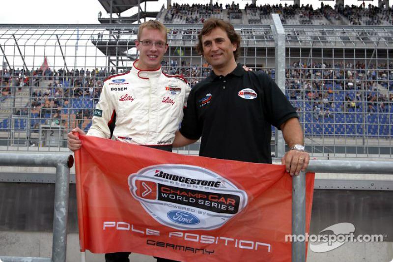 Alex Zanardi presenta a Sébastien Bourdais con la bandera de la pole position