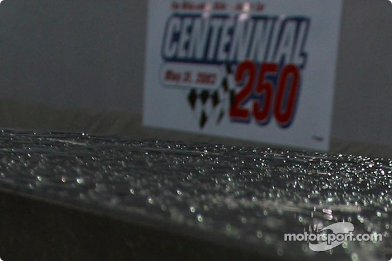 Капли дождя на овале в Милуоки