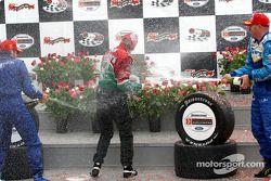 Sur le podium, douche de champagne pour les vainqueurs Adrian Fernandez, Paul Tracy et Alex Tagliani