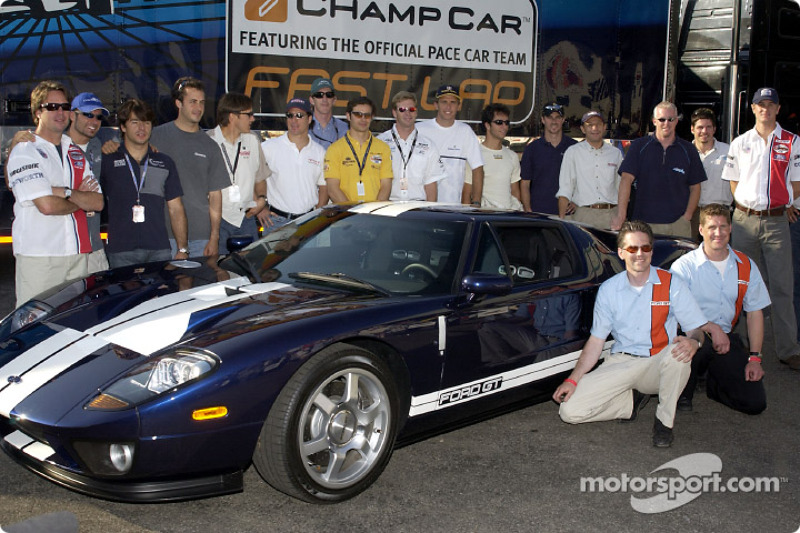 Les pilotes de CART posent avec la nouvelle Ford GT41