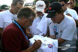 Mario Andretti signe des autographes