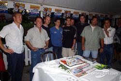 Rodolfo Lavin célèbre son anniversaire avec les membres de l'équipe Walker Racing