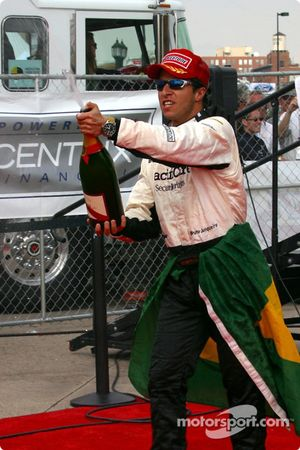 Podium: Bruno Junqueira goes after the photographers with champagne
