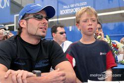 Alex Tagliani et un jeune fan représentent la Muscular Dystrophy Association