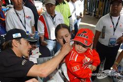 Séance d'autographes pour Adrian Fernandez
