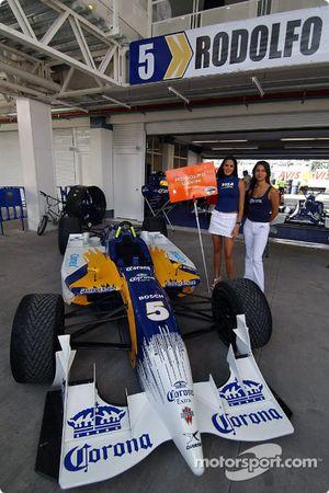 El coche de Rodolfo Lavin en exhibición.
