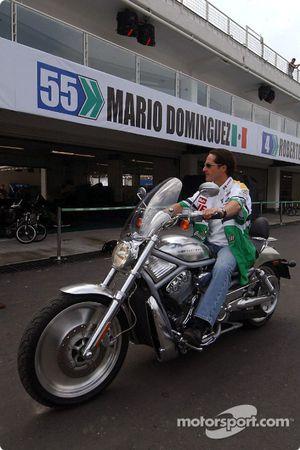 Mario Dominguez monta su Harley-Davidson