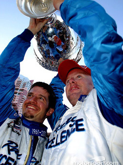 Patrick Carpentier aide son coéquipier Paul Tracy à soulever la Vanderbilt Cup