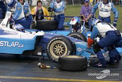 Les mécaniciens de Forsythe Racing remplacent le museau de la voiture de Paul Tracy