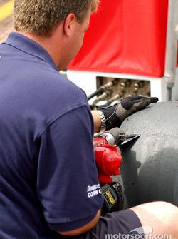 On s'assure que les pneus soient propres pour le jour de la course