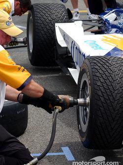 C'est en s'entraînant à changer les pneus qu'on devient un bon changeur de pneus !