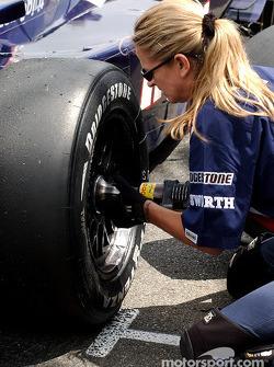 Tess Brelia, l'une des rares femmes à changer des pneus