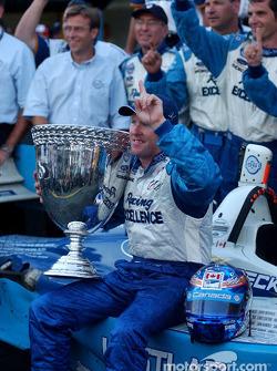 Podium : Paul Tracy, champion de ChampCar 2003, célèbre le titre avec son équipe
