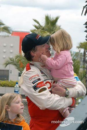 Chris McDonald avec ses filles Rosie et Eva