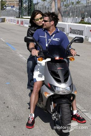 Alex et Bronte Tagliani sur un scooter Aprilia