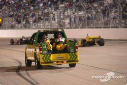 L'équipe de sécurité du Champ Car sous drapeau jaune