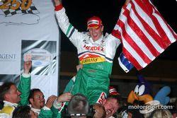Le vainqueur Ryan Hunter-Reay fête sa victoire