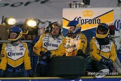 Les membres du Forsythe Racing attendent le prochain pitstop