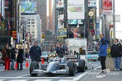Ryan Hunter-Reay attend dans la Champ Car biplace avant la publicité suivante