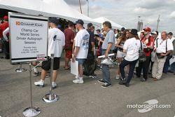 Séance d'autographes : les fans font la file