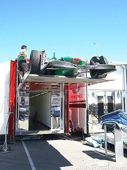 La voiture de Ryan est déchargée du camion jeudi matin