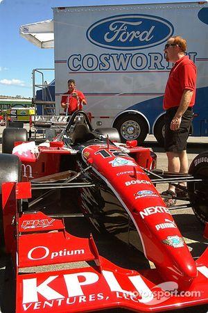 Team PKV attend que la voiture n°12 de Jimmy Vasser passe l'inspection jeudi