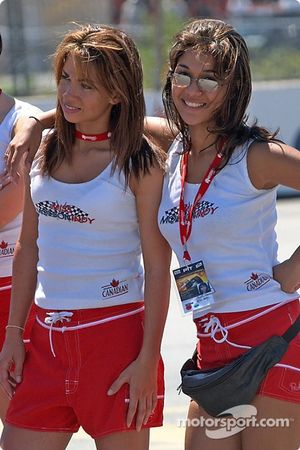 Deux des concurrentes au titre de Miss Molso Indy posent pour une photo rapide