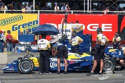 L'équipe de Rodolfo Lavin prépare sa voiture pour les qualifications